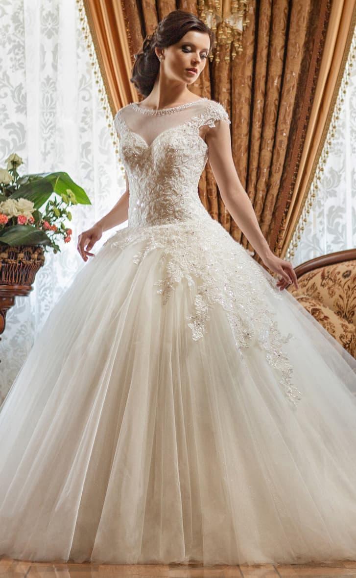 Пышное свадебное платье с кружевным декором по корсету и юбке, а также с открытой спинкой.