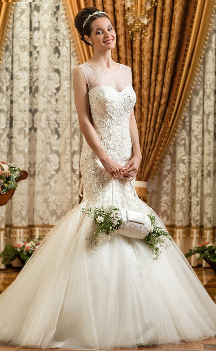 Чувственное свадебное платье «рыбка» с кружевным декором и пышным низом подола.