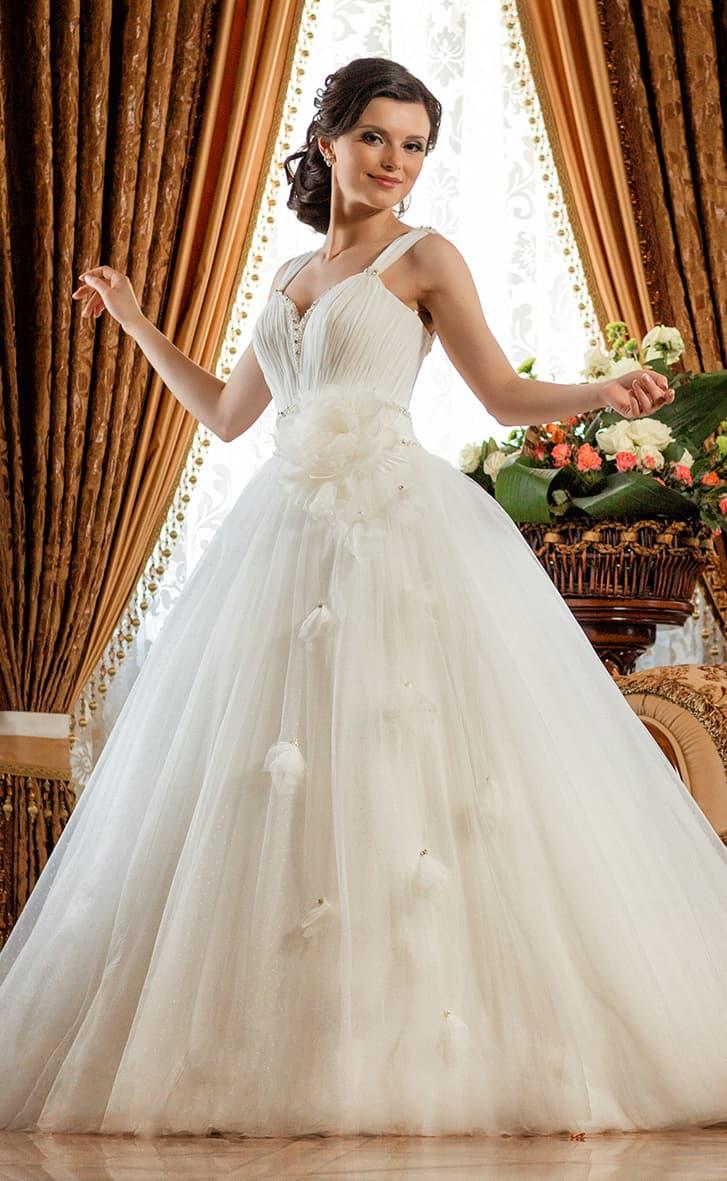 Романтичное свадебное платье с объемной отделкой и корсетом, покрытым драпировками.