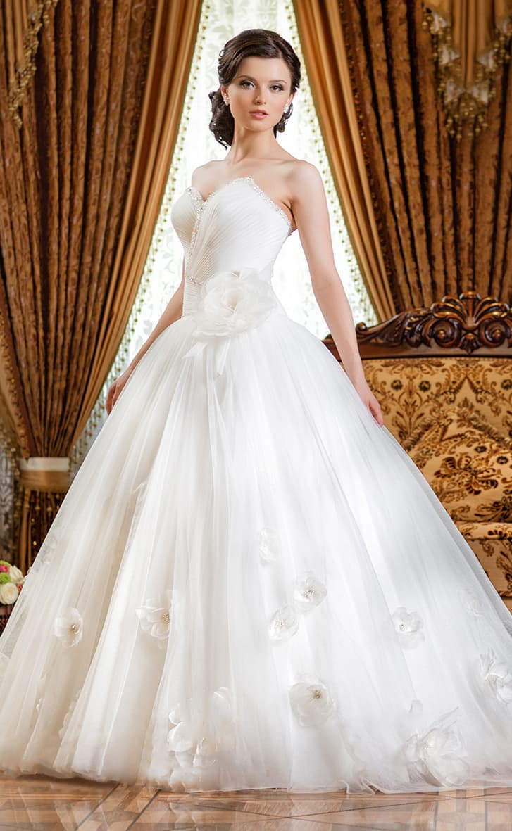 Свадебное платье с романтичным пышным декором нижней части подола и вышивкой по лифу.