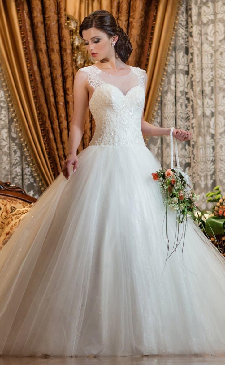 Свадебное платье с вышивкой пайетками, кружевными аппликациями и пышной юбкой.