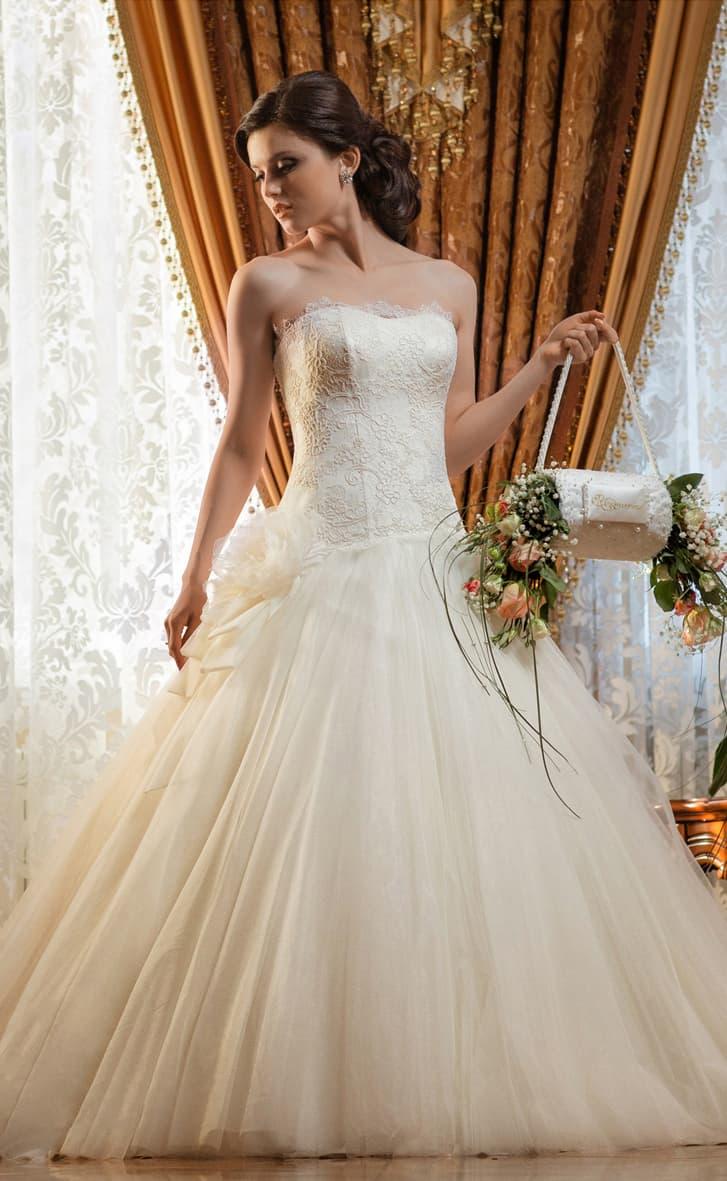 Пышное свадебное платье с кружевным корсетом и кокетливым бутоном сбоку на талии.