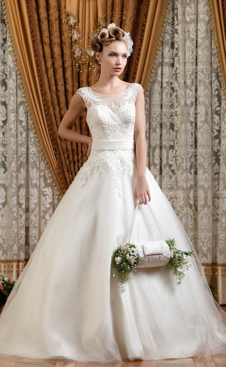Свадебное платье романтичного пышного кроя с кружевной отделкой верха и открытой спиной.