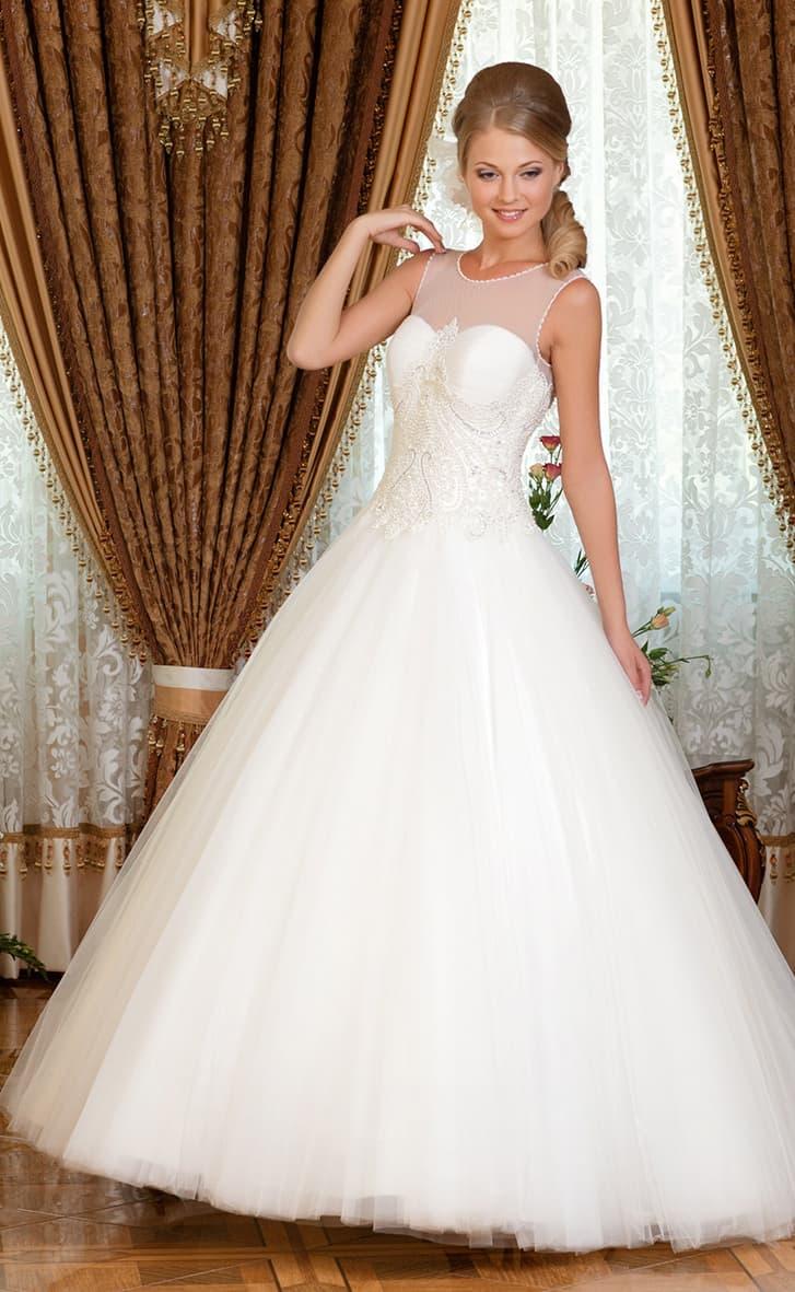 Свадебное платье в торжественном стиле, с вышивкой по корсету и полупрозрачным декором над ним.