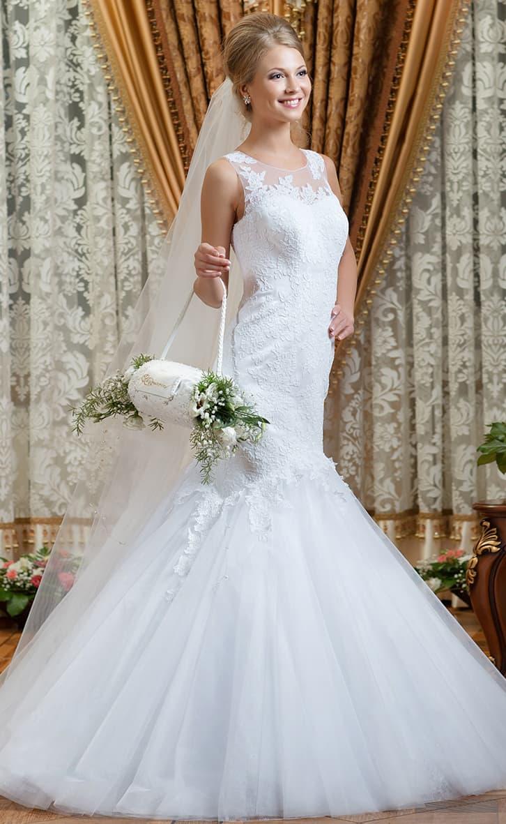 Свадебное платье «русалка» с плотной кружевной отделкой и романтичным пышным низом подола.