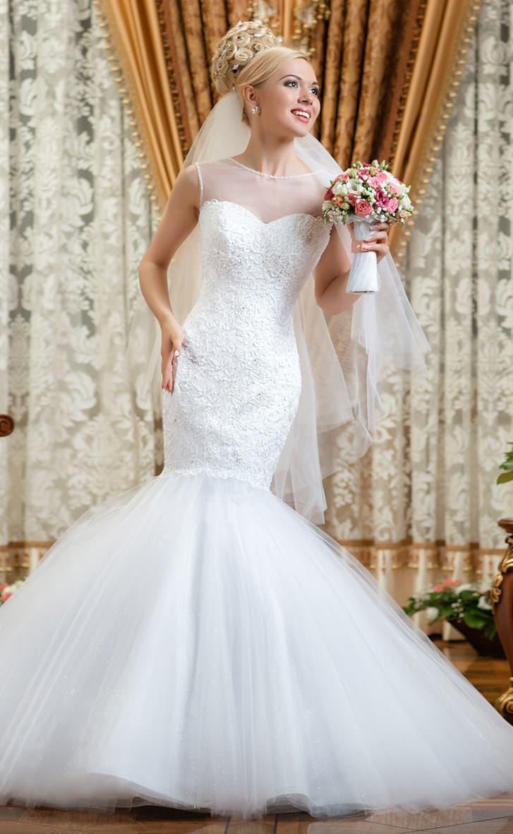 Свадебное платье «рыбка» с восхитительной юбкой и фактурным верхом с вырезом под горло.