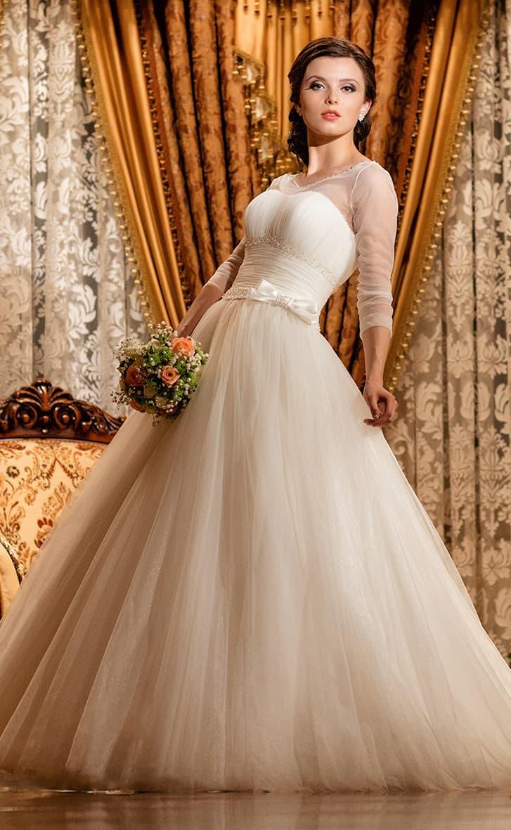 Свадебное платье с рукавами длиной в три четверти и роскошной юбкой пышного кроя.