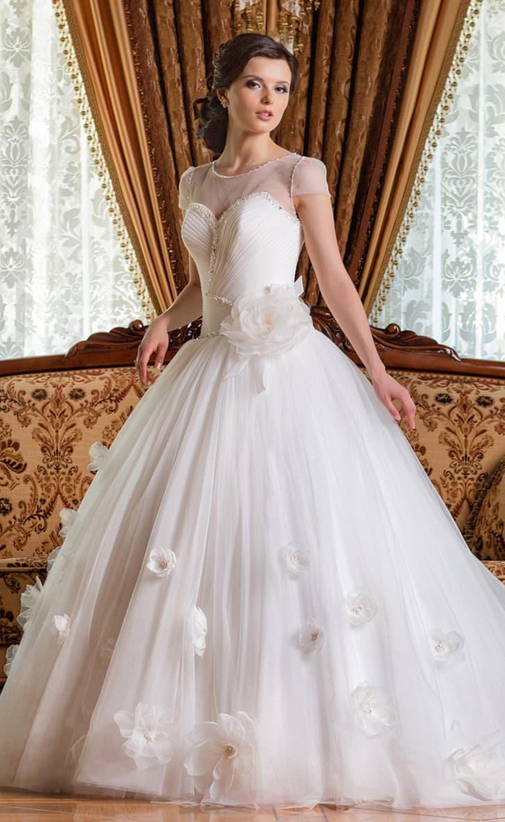 Закрытое свадебное платье с короткими рукавами и верхом, декорированным бисером и драпировками.