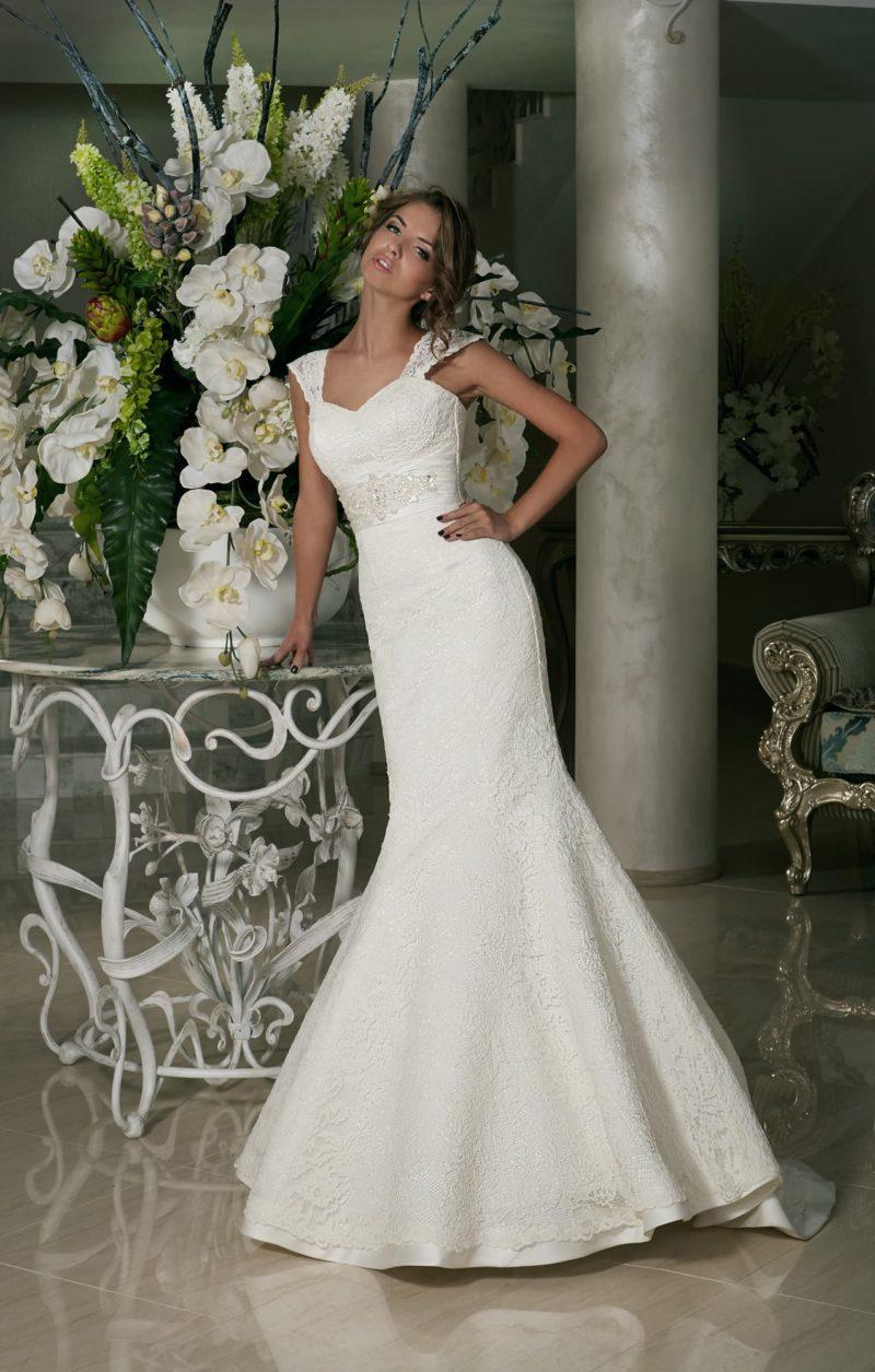 Свадебное платье с открытым лифом в форме сердечка и широкими кружевными бретельками.