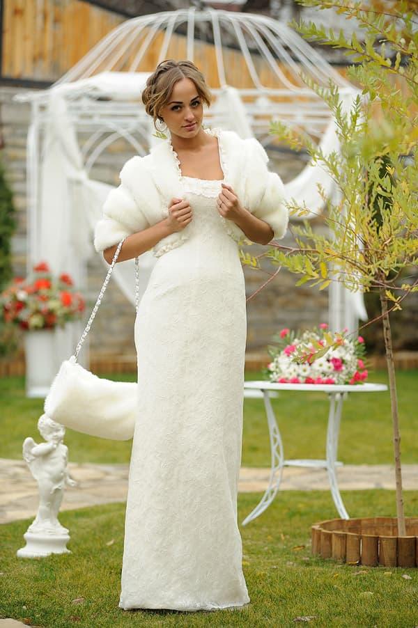 Прямое свадебное платье с открытым лифом и оригинальным пышным болеро.
