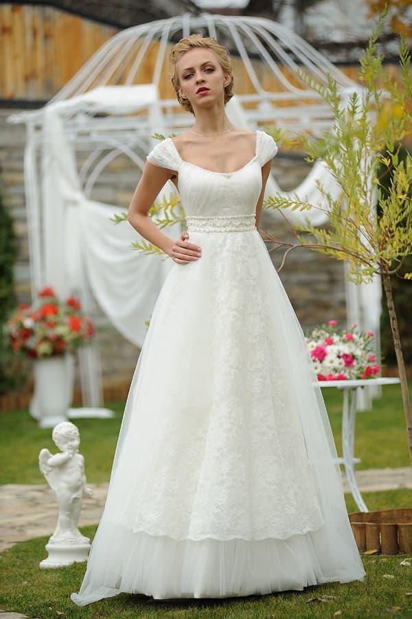 Свадебное платье «принцесса» с многоярусной юбкой и рукавами с драпировками.
