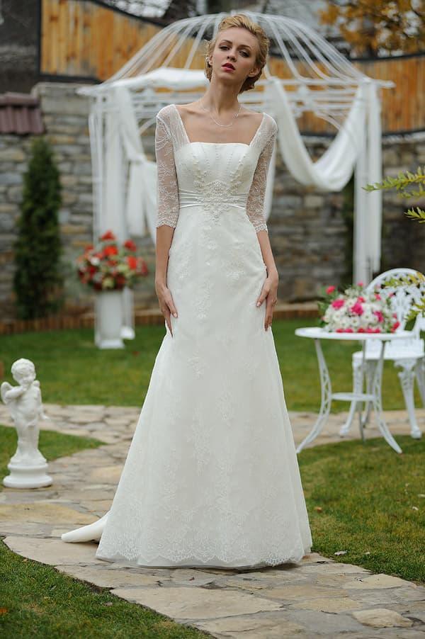 Элегантное свадебное платье со шлейфом и коротким рукавом из кружева.