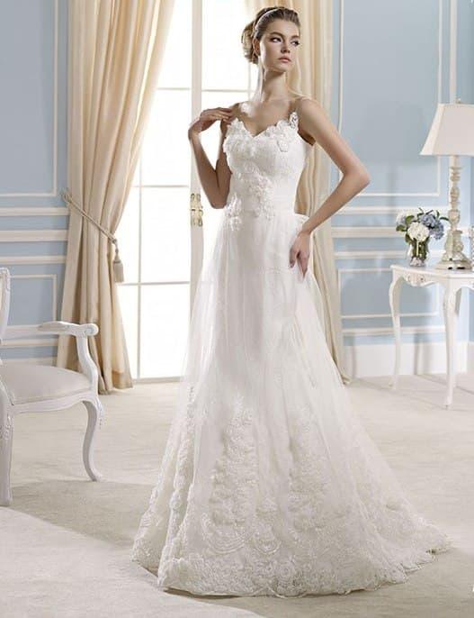 Романтичное свадебное платье с отделкой бутонами и юбкой кроя «русалка».