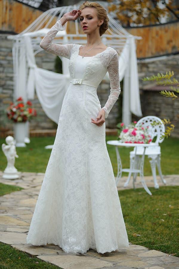 Свадебное платье «принцесса» с кружевной отделкой и узким поясом из атласа под лифом.