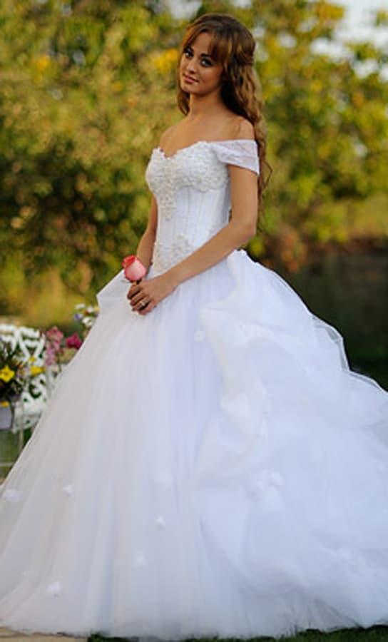 Потрясающее свадебное платье с воздушной юбкой с длинным шлейфом.