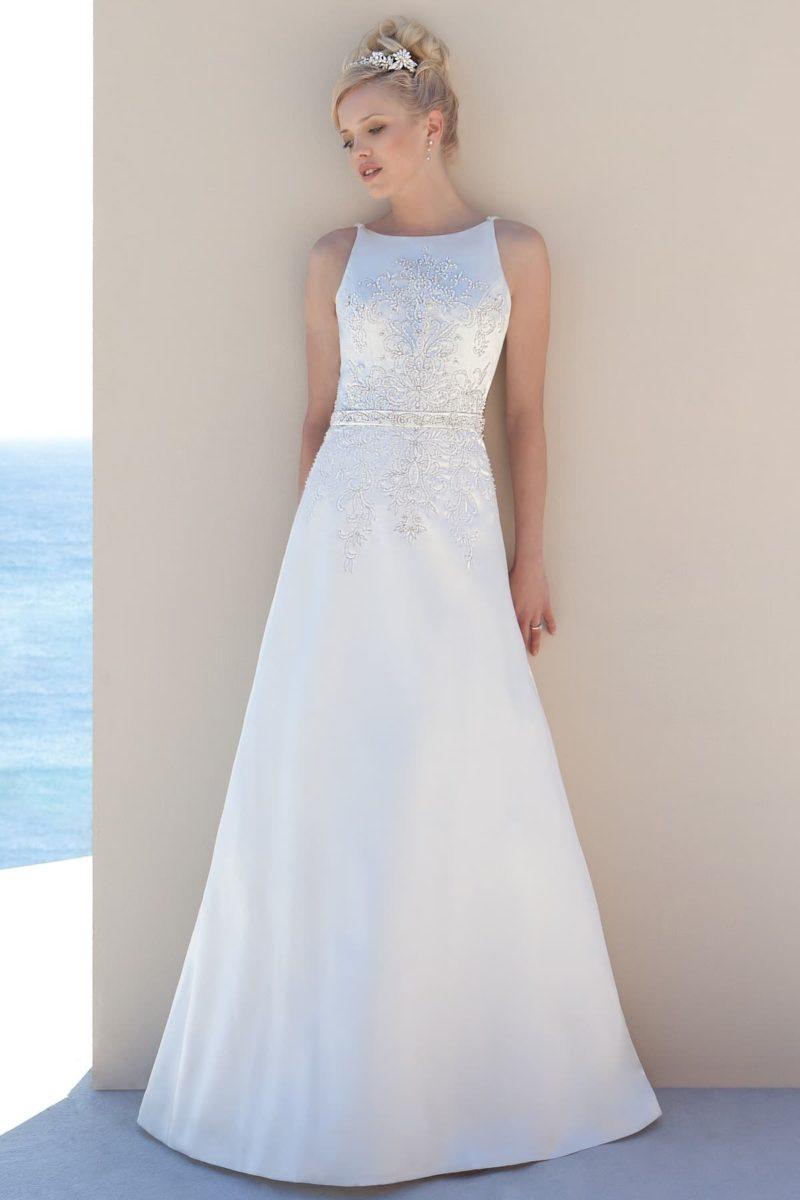 Свадебное платье с американской проймой, украшенное по верху бисером.