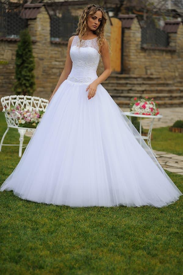 Шикарное свадебное платье с многослойной юбкой с пышным шлейфом.