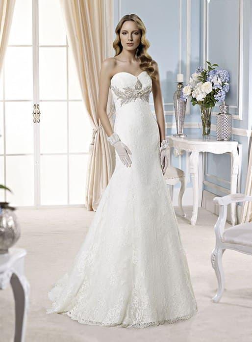 Сдержанное свадебное платье «рыбка» с сияющей вышивкой под открытым лифом.