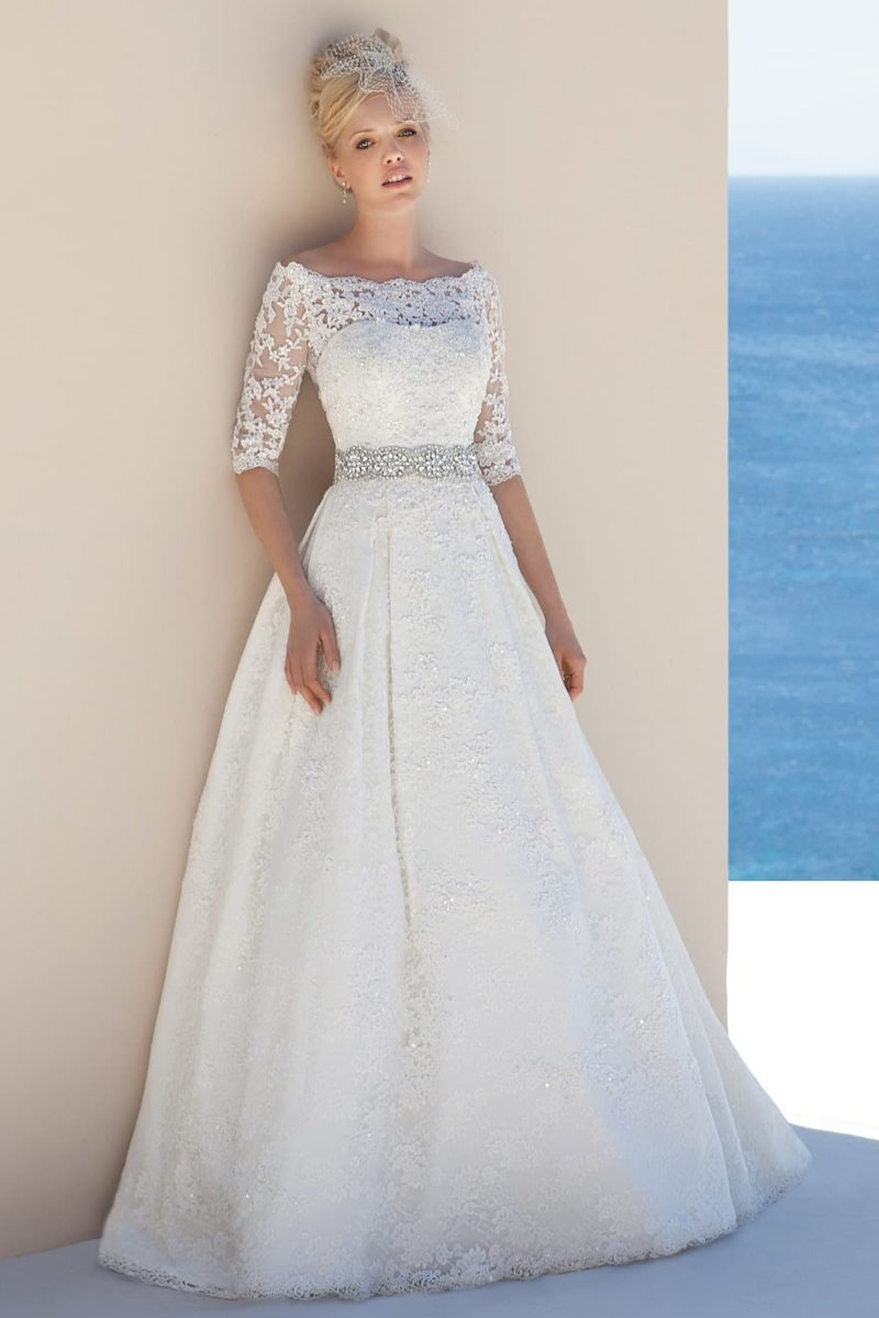 Роскошное свадебное платье с портретным вырезом и поясом, покрытым стразами.