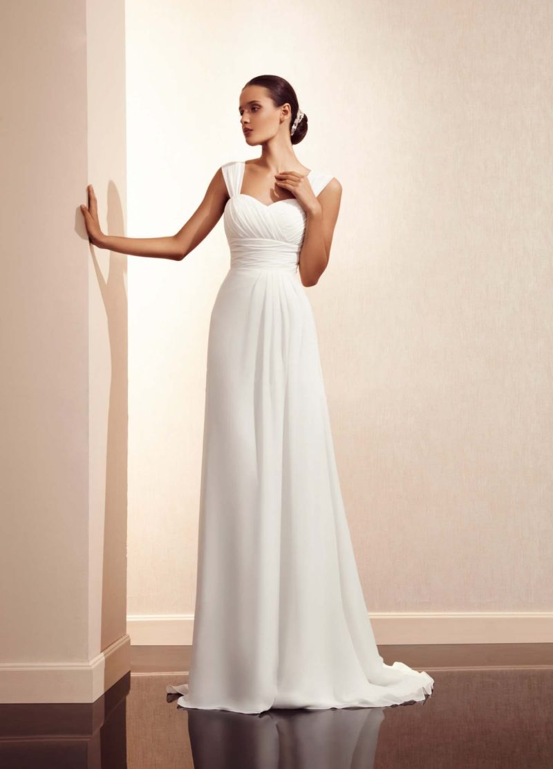 Женственное свадебное платье с элегантным декольте с бретелями и прямой юбкой со шлейфом.