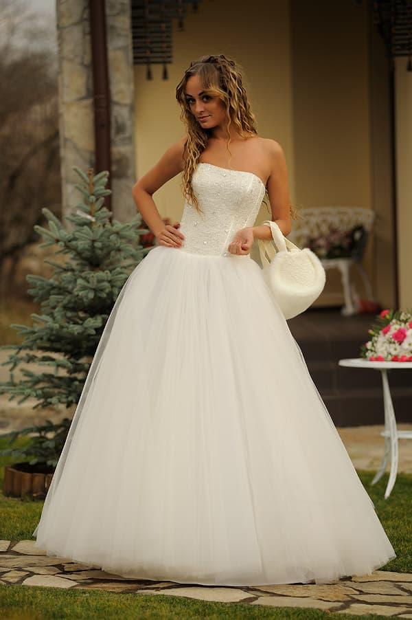 Классическое пышное свадебное платье с открытым кружевным верхом.