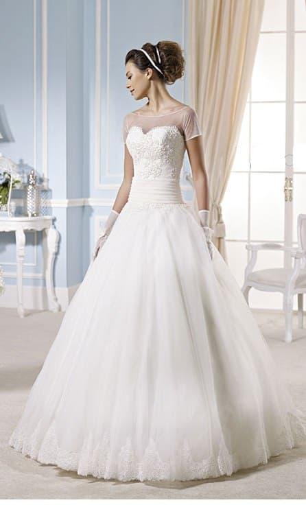 Классическое свадебное платье с широким поясом и коротким тонким рукавом.