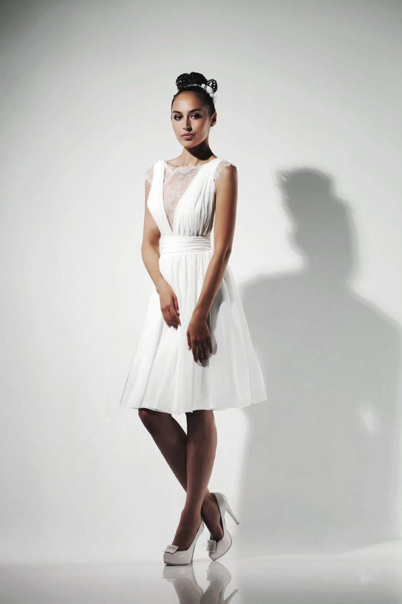 Свадебное платье длиной до колена с короткими кружевными рукавами.