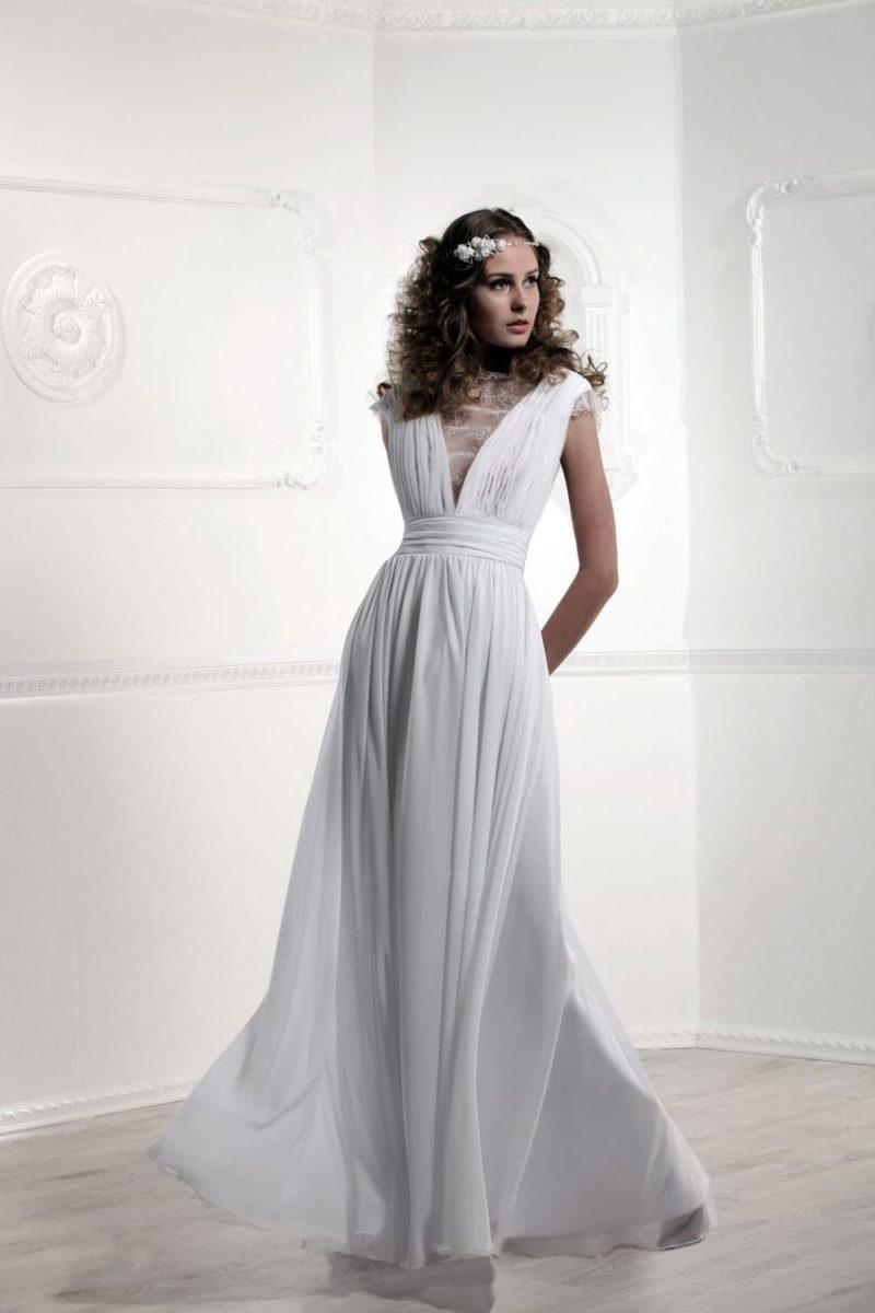 Прямое свадебное платье с эффектными V-образными вырезами спереди и сзади.