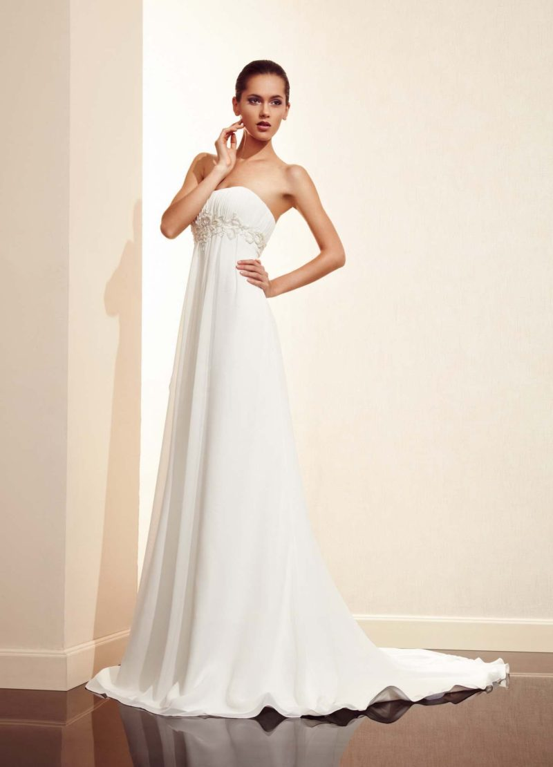 Утонченное свадебное платье с завышенной линией талии, выделенной под прямым лифом вышивкой.