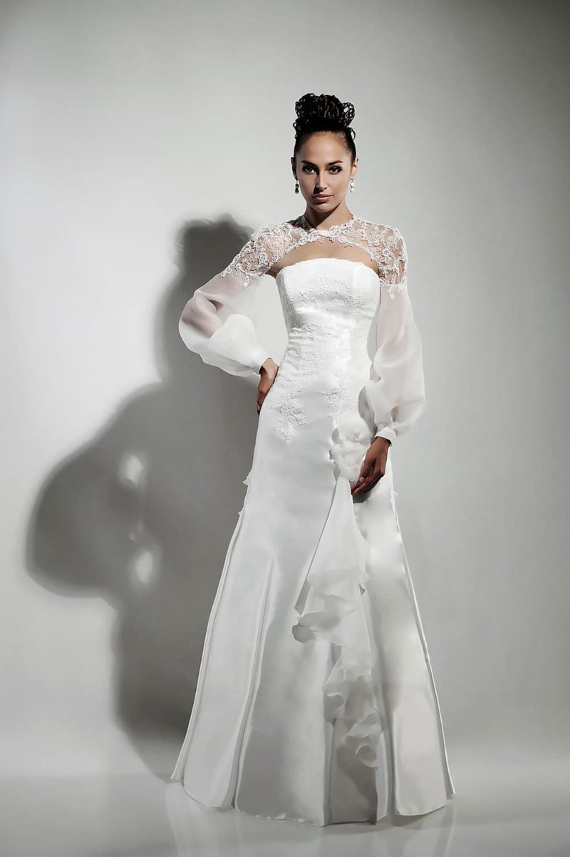 Глянцевое свадебное платье А-кроя с широким полупрозрачным рукавом.