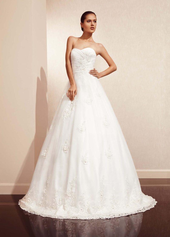 Свадебное платье с лифом в форме сердечка, пышной юбкой и нежным кружевным декором.