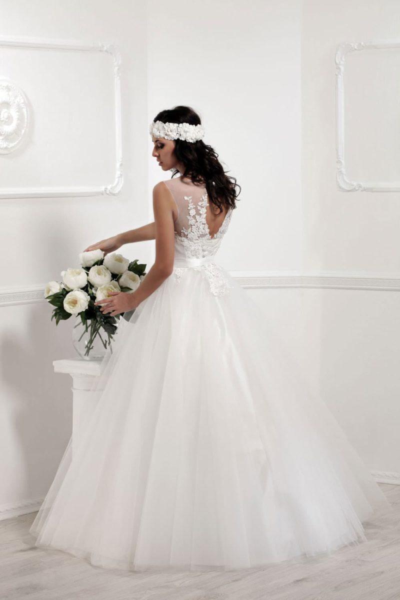 Пышное свадебное платье с цветочной отделкой верха и небольшим вырезом сзади.