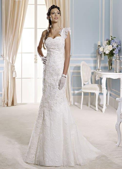 Кружевное свадебное платье с асимметричной бретелькой и прямой юбкой.