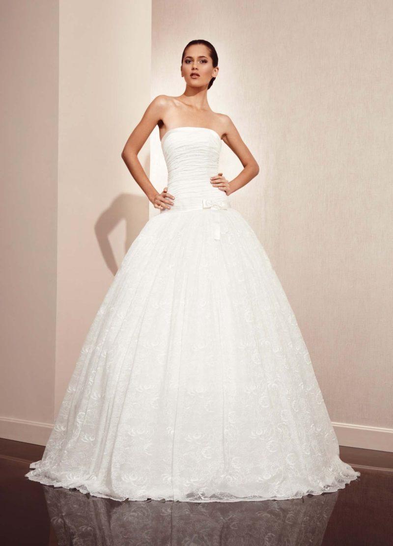 Пышное свадебное платье с утонченным прямым вырезом и слегка заниженной линией талии.