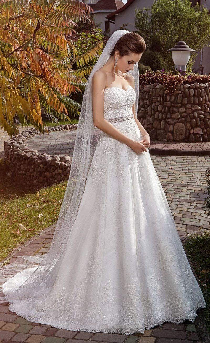 Стильное свадебное платье А-силуэта с плотным слоем вышивки на корсете.