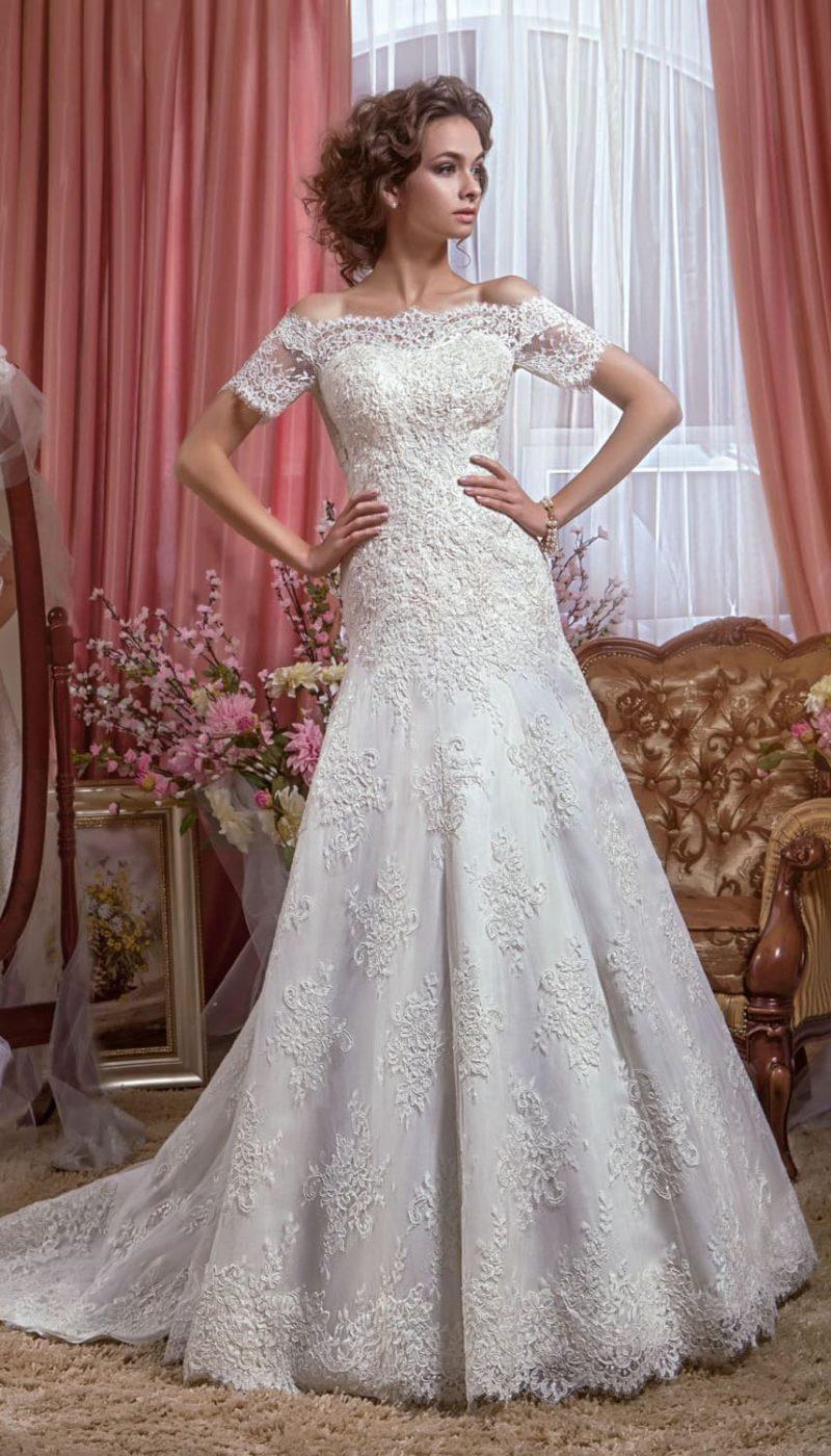 Свадебное платье с юбкой А-кроя со слегка заниженной талией и ажурным портретным вырезом.