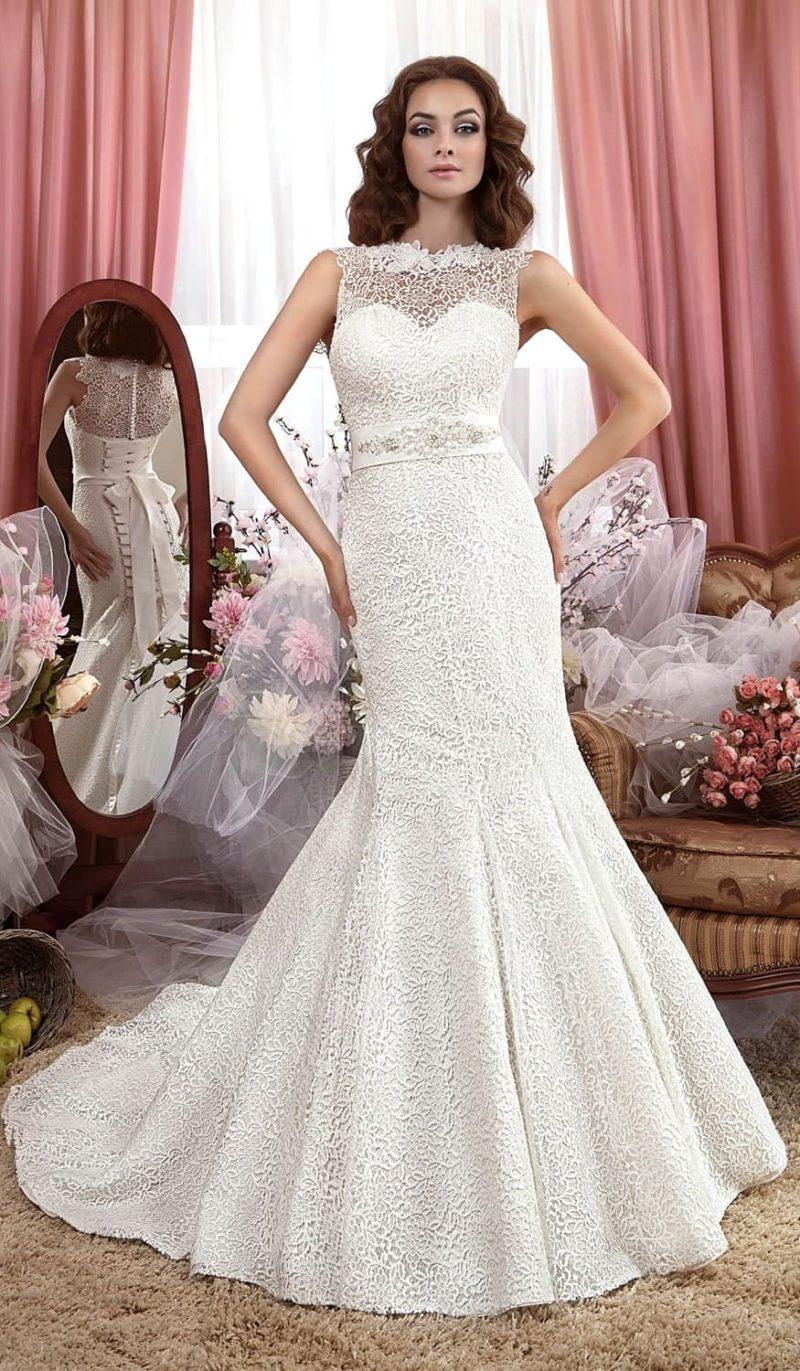 Кружевное свадебное платье «рыбка» с широким атласным поясом с бантом сзади.