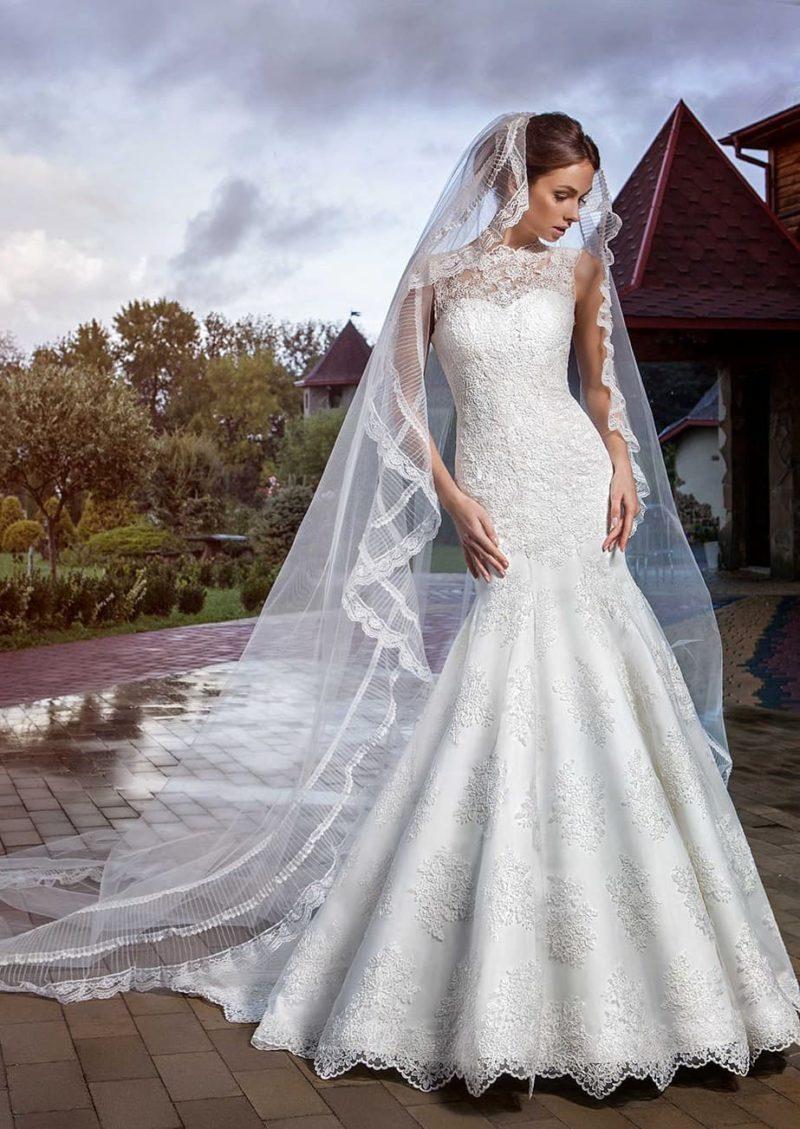 Свадебное платье на глянцевой подкладке под плотным слоем кружева.
