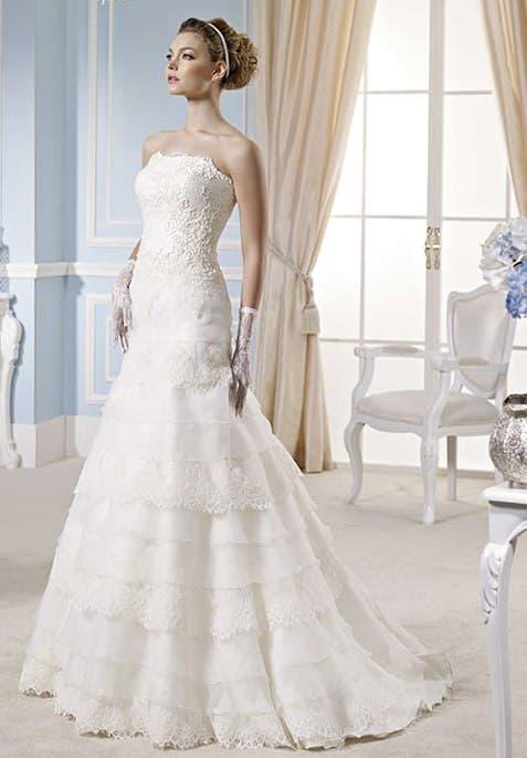 Свадебное платье с юбкой «русалка», покрытой фактурными оборками.