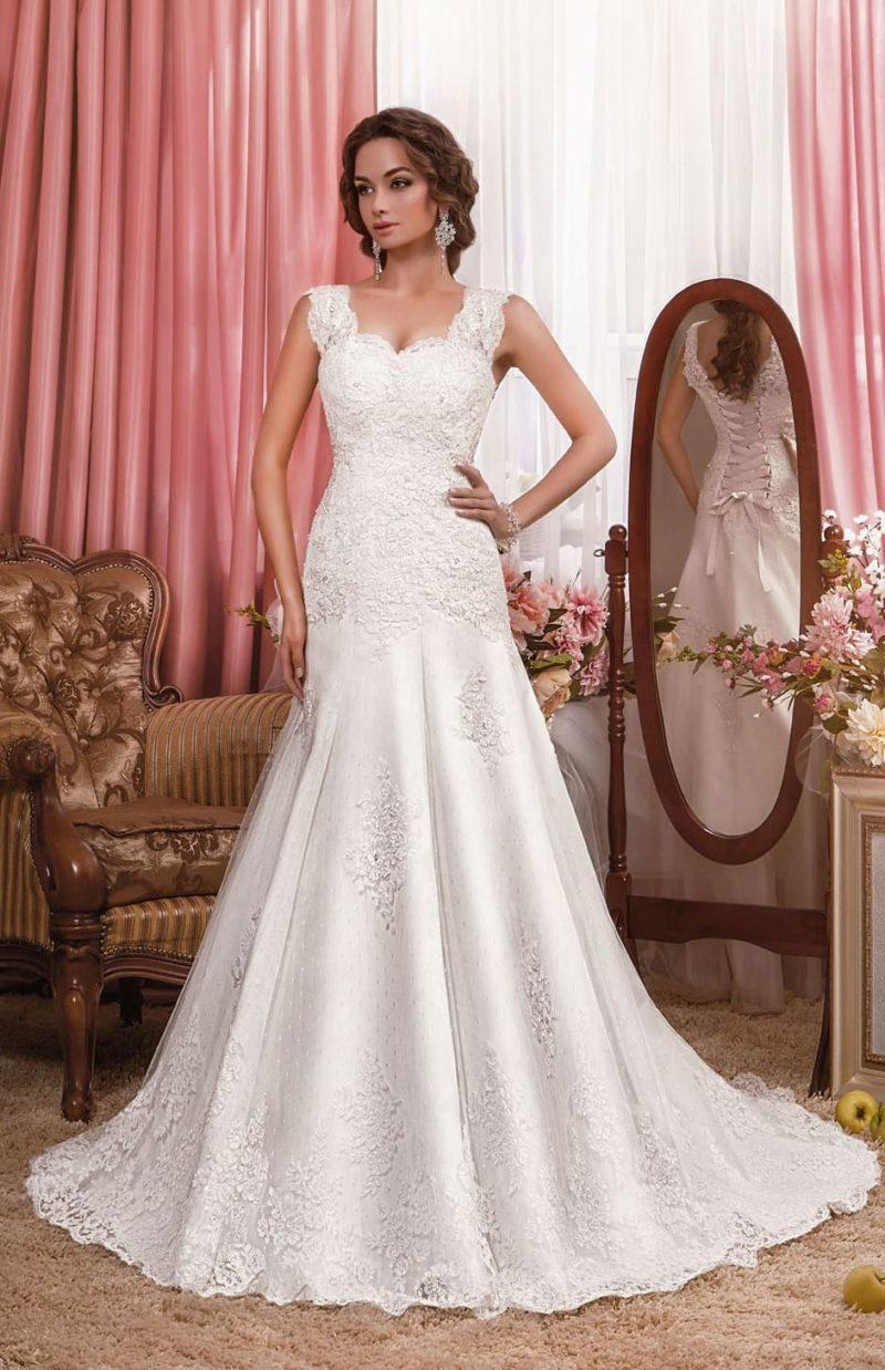 Свадебное платье облегающего кроя с роскошным декором плотным кружевом.