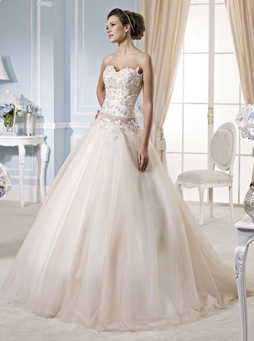 Бежевое свадебное платье пышного силуэта с открытым фактурным корсетом.