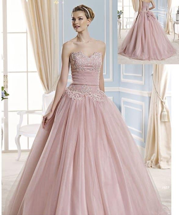 Розовое свадебное платье с многослойной юбкой и вышивкой на лифе.