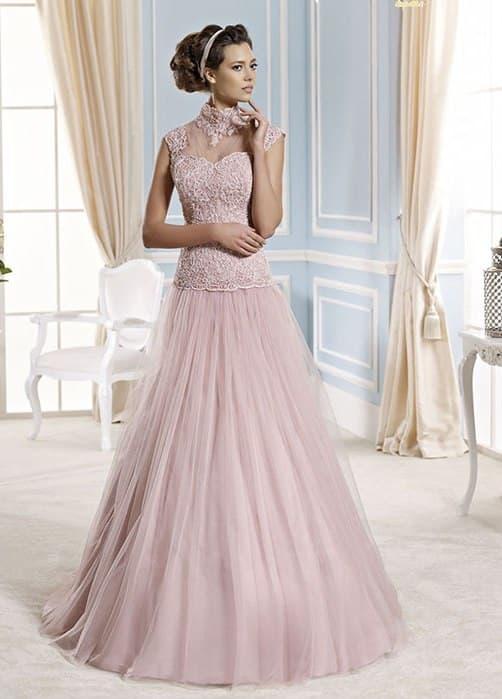 Розовое свадебное платье с высоким воротником и юбкой А-силуэта.