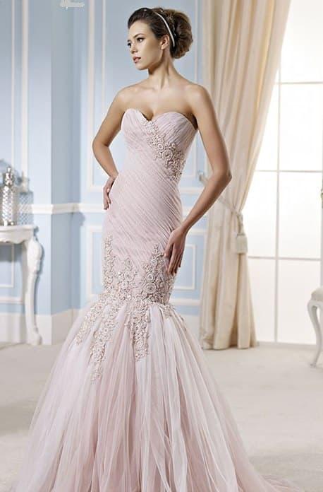 Розовое свадебное платье «русалка», украшенное небольшими бутонами.