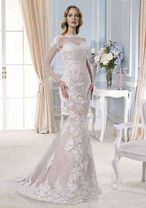 Бежевое свадебное платье «русалка», украшенное аппликациями из белого кружева.
