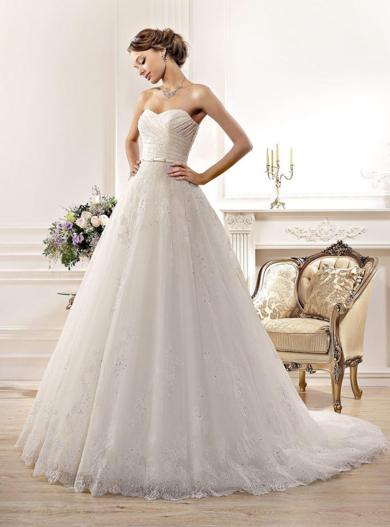 Стильное свадебное платье с кружевной отделкой, узким атласным поясом и лифом-сердечком.