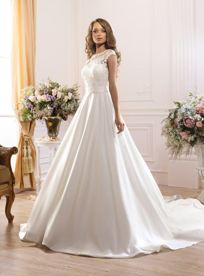 Чувственное свадебное платье из атласной ткани, с прозрачной вставкой над лифом и соблазнительной спинкой.