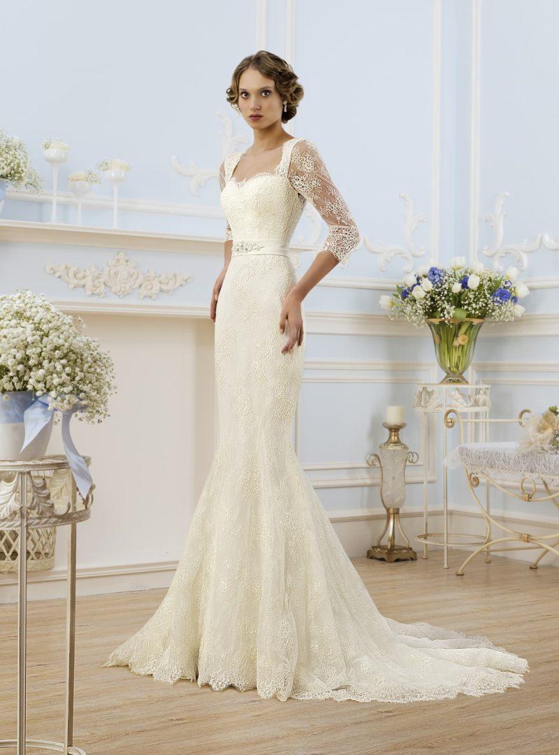 Свадебное платье «русалка» цвета слоновой кости с изящным декольте и кружевными рукавами.