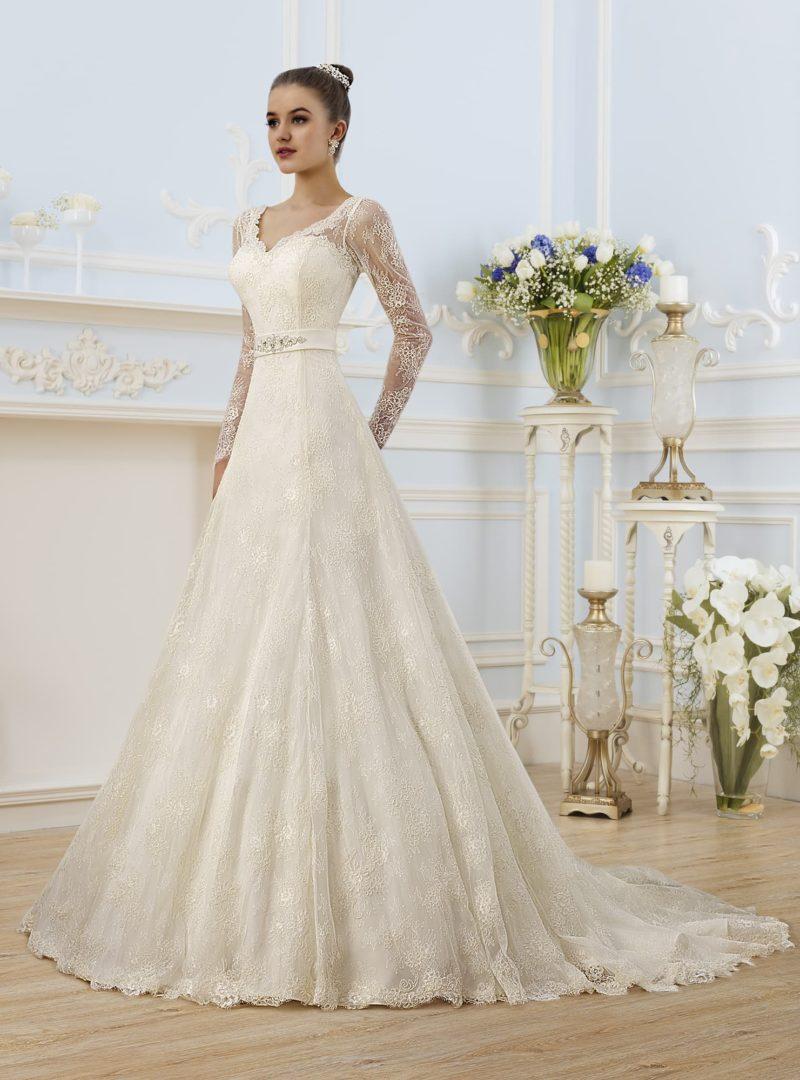 Кружевное свадебное платье с глубоким V-образным декольте и длинными рукавами.