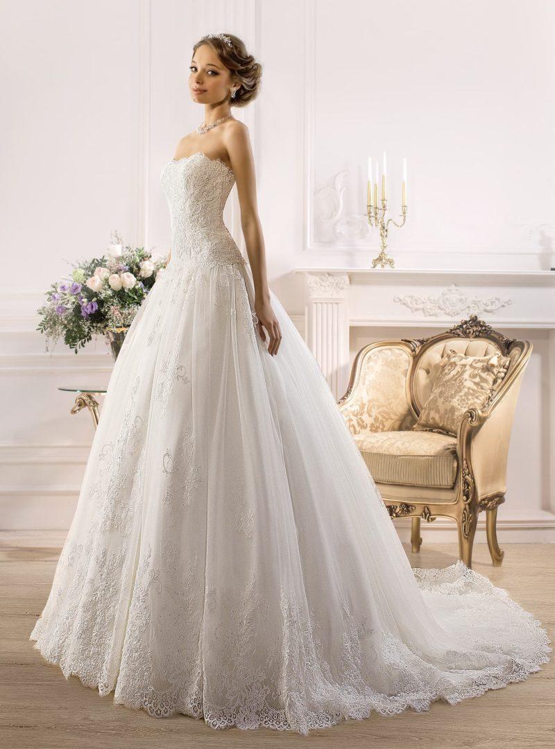 Романтичное свадебное платье пышного кроя с открытым корсетом, полностью покрытым кружевом.